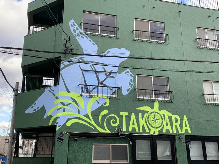 大きな亀のイラストが通行人の視線をクギづけ!